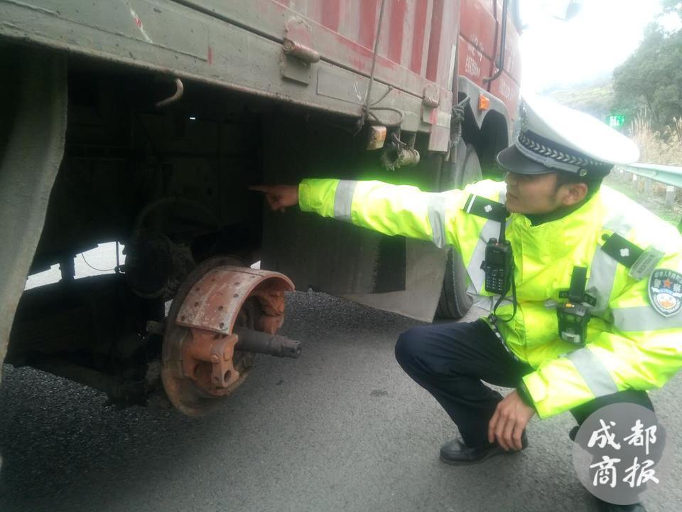 载重货车缺个车轮仍在高速行驶 交警及时制止排除隐患