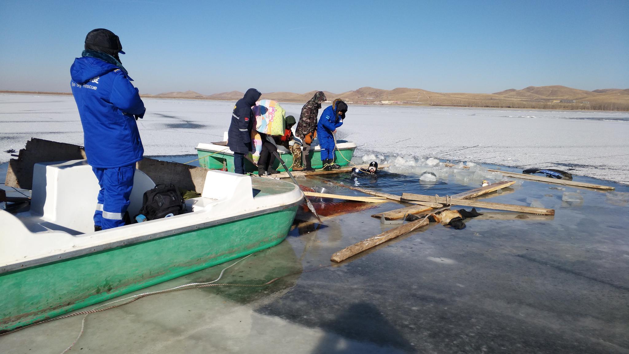 河北张家口一对父女开车坠冰湖 遗体被打捞出水