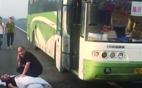 大巴司机高速上晕倒,生死时刻一乘客冲上握住方向盘