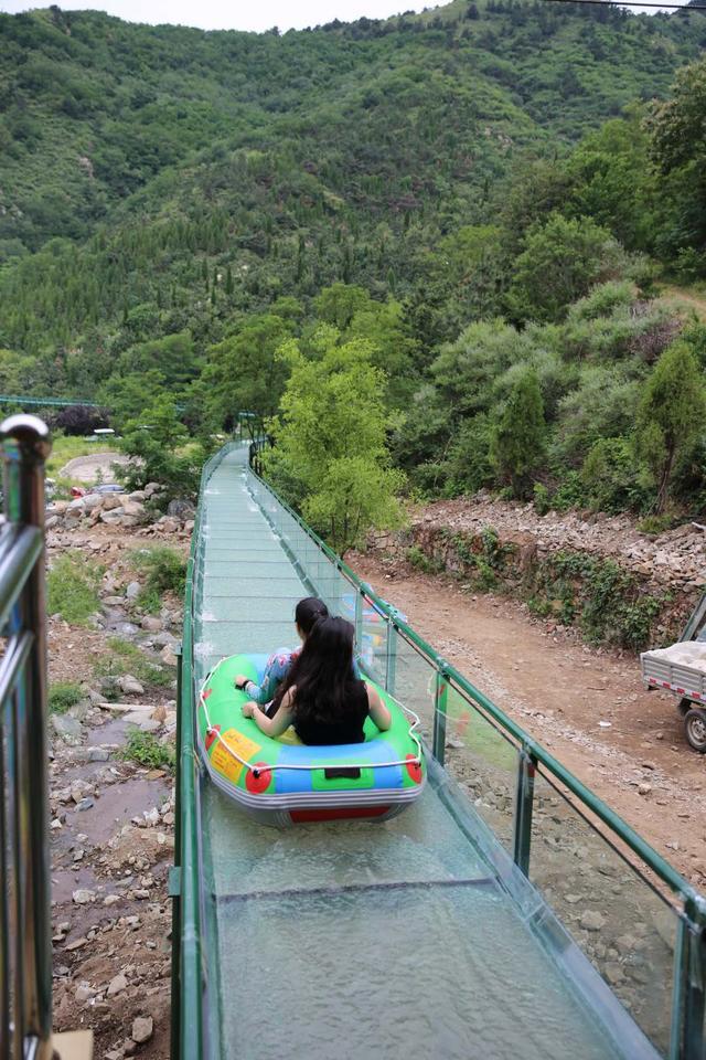 玻璃滑道漂流够刺激 济南泉瀑大世界景区崭新亮相