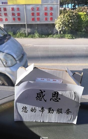 青岛有位樱桃爷爷 连续六年为公交司机送樱桃