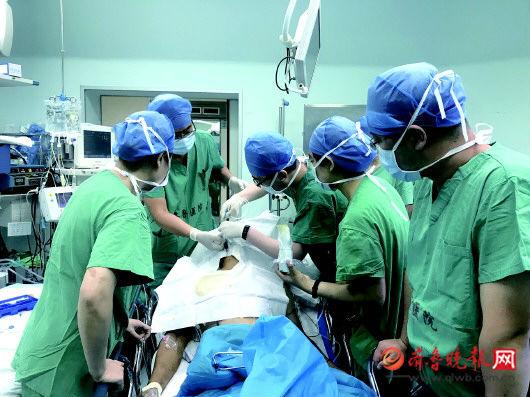 一工人高空坠落遇险情 两根钢筋插体内 手术六小时终取出