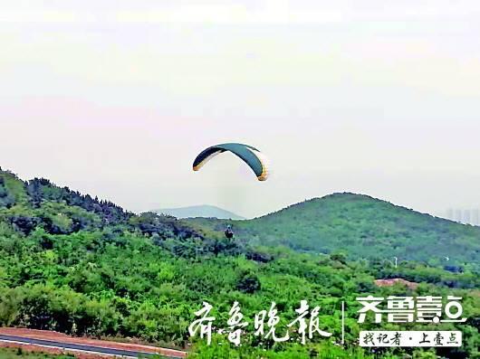 青岛:游客体验滑翔伞 和教练一起从30米高空坠地