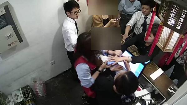 济南俩女子醉酒后遗失手机 竟公然砸店 还把民警撞晕