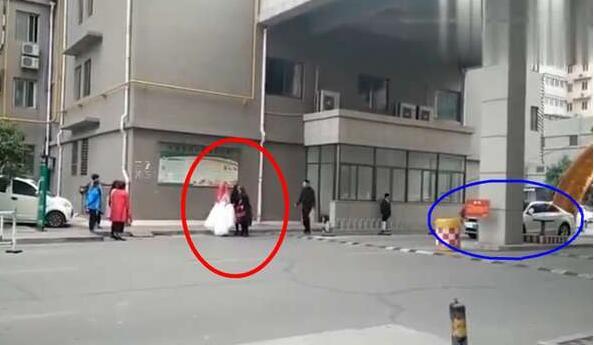 不买车位婚车不让进 新娘走路娶进门 物业:大门被私家车堵了