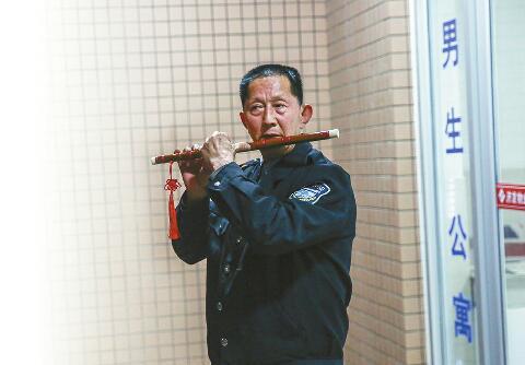 网红宿管大爷会吹笛子 免费教过的学生还有两个考上山艺