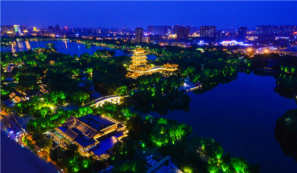 护城河大明湖夜航试运行 市民可乘船饱览夜色中的泉城