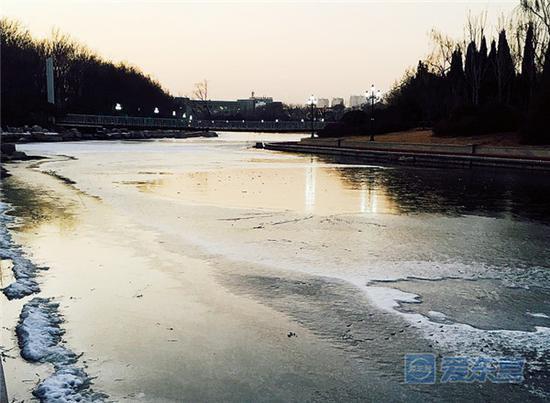 冰面复杂危险 远离安全隐患