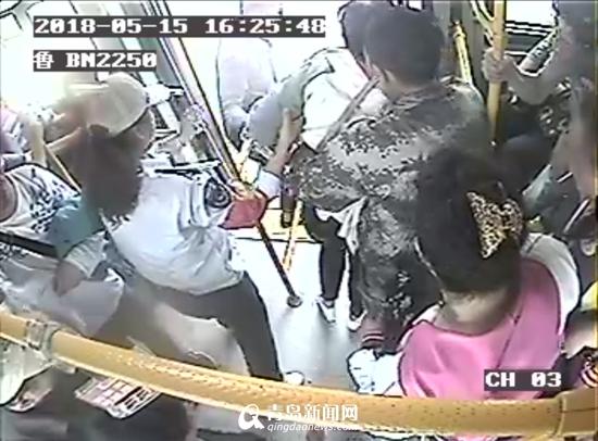 女乘客坐公交突发晕厥 乘客自发组人墙赢得救助空间