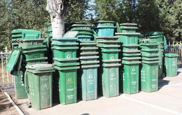 """潍坊男子脑回路""""清奇""""大量盗窃垃圾桶 警方到达现场也是惊呆"""
