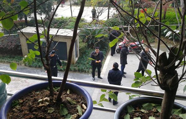 男子小区内坠亡 物业:非住户 警方已确认是小偷