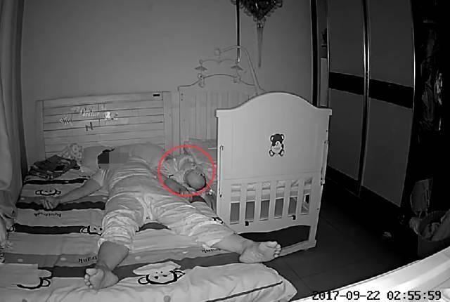 济南五个月婴儿跟保姆睡凌晨摔下床 保姆是这么说的
