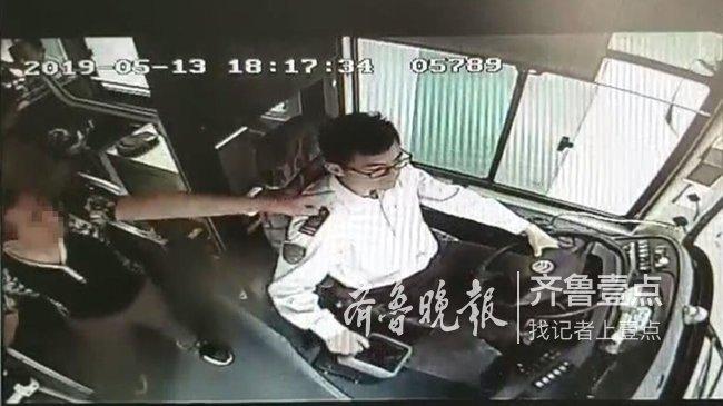 """济南:一句关心换来一顿""""辱骂"""" 公交驾驶员坚持把车"""