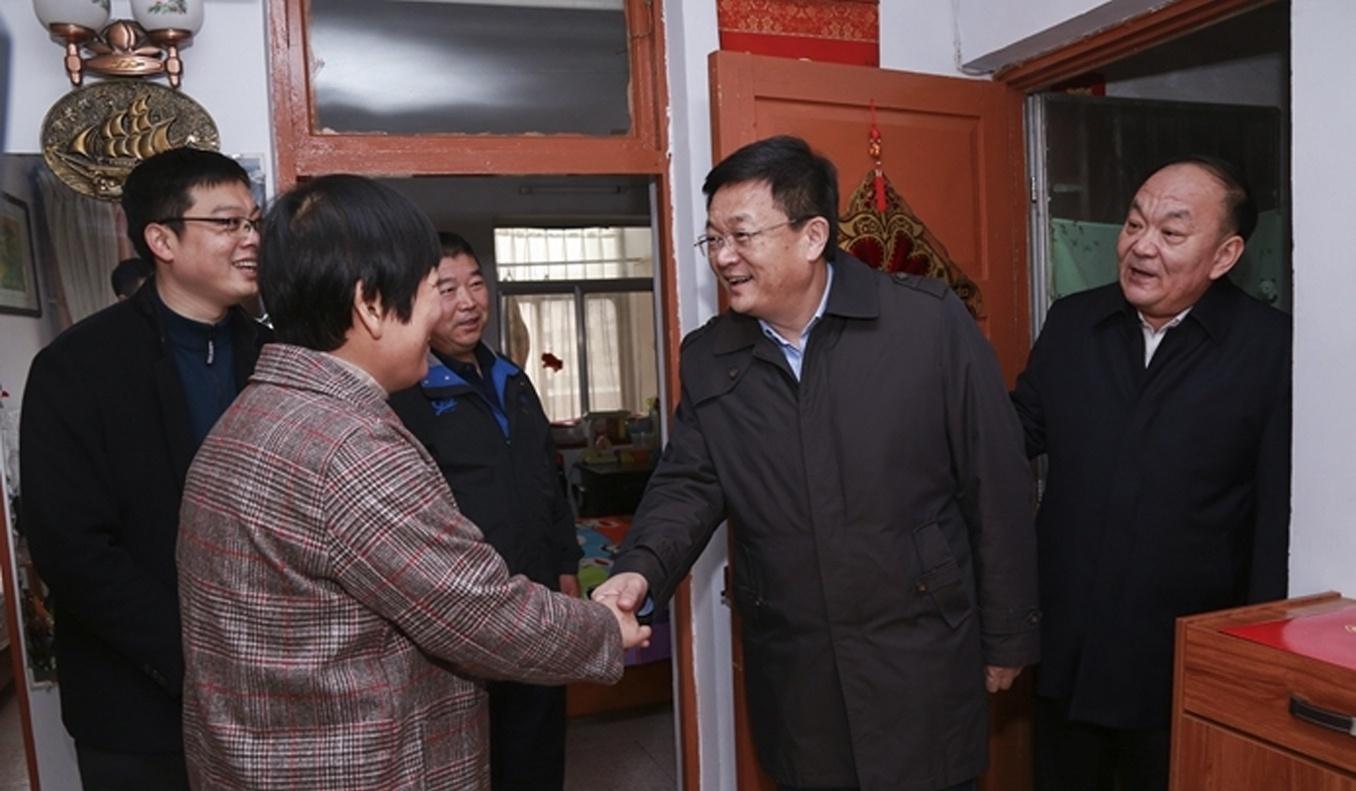 佘春明到滨城区走访慰问困难群众和孤残儿童