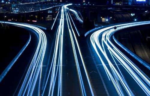 """开展""""智慧交通""""项目建设,完成主城区120个主要路口智能交通信号控制系统建设任务,通行效率提升10%以上。"""