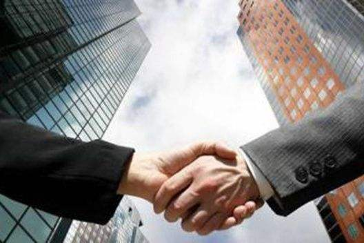 成立一个工作专班。成立了以市政府分管领导为组长的招商专班,以招商促进产业发展。