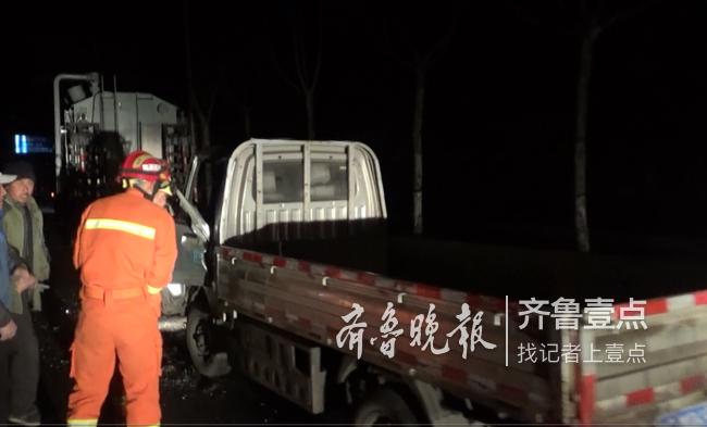 济南钢城两车路上追尾一人被困 消防员破拆救援