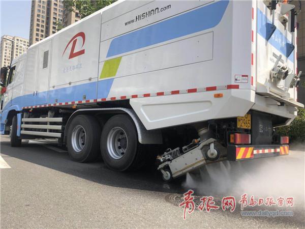"""青岛街头现道路除污""""神器"""" 可实时自动监测PM2.5"""