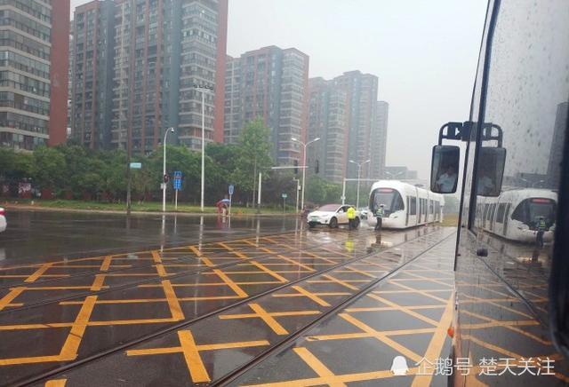 武汉有轨电车又与小车相撞 竟然还是一辆豪车
