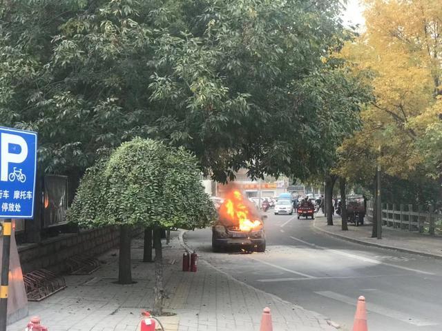 吓人 济南天桥区一汽车发生自燃 10分钟被扑灭