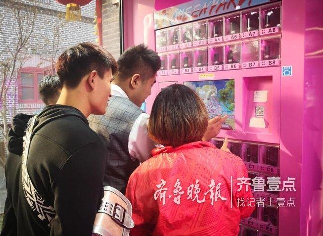 济南街头现网红口红机 抓300元的口红得喂机器350元