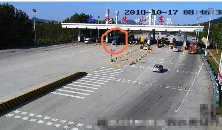 青岛高速公路上货车闹悬,刹车失灵5公里一路猛冲