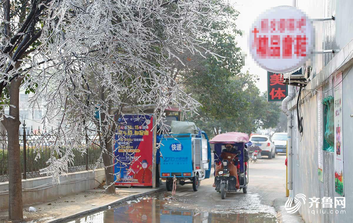 巧夺天工 居民楼管道破裂形成冰凌景观