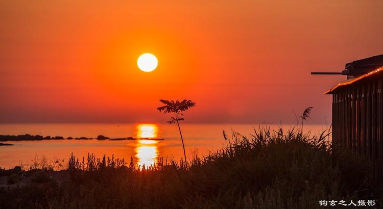 烟台大黑山岛的晚霞映红了海水 陶醉了