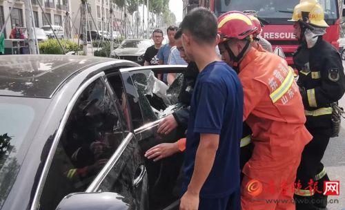 东营一岁幼童被反锁车内 消防员胶带贴车窗玻璃后砸窗救援