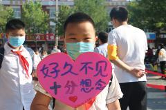 """济南一学校学生自制创意防疫""""问候语"""""""