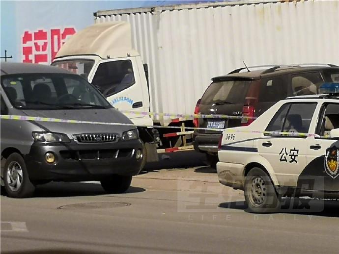 鲁V牌照车内一男子疑似身亡多日 汽车车身布满灰尘