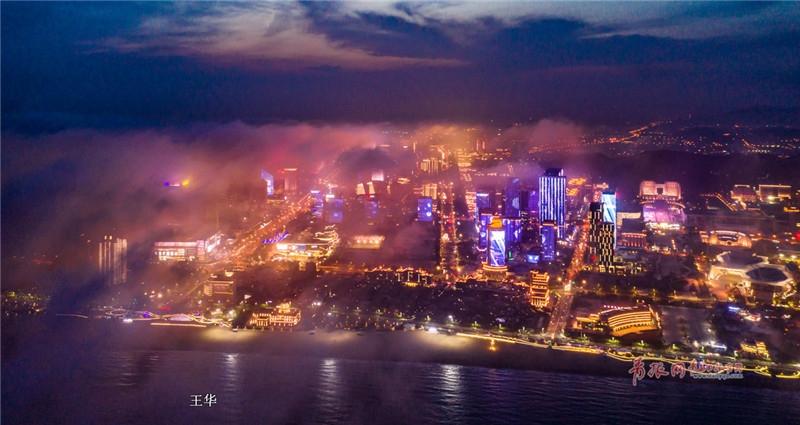 青岛当繁华夜景遇上平流雾