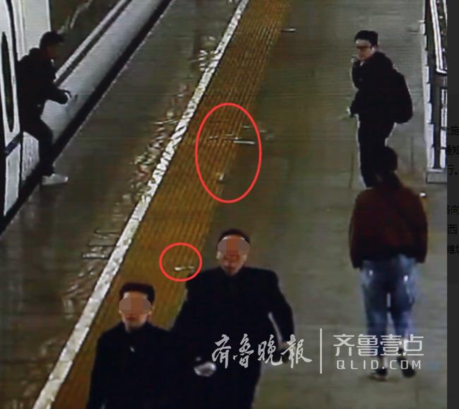 男子跑着赶高铁 现金散落一地!众人帮捡分文未少