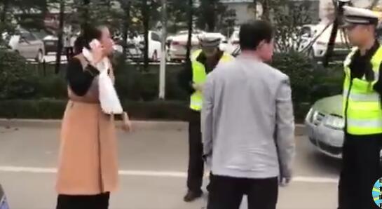 """女车主强行闯卡被阻推搡骂交警并扬言""""你等着"""" 警方:已行拘"""