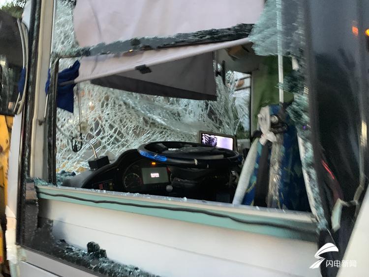 济南通报两辆公交车与旅游大巴相撞事故:公交车为躲避私家车