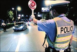 碰瓷交警 酒司机被查躺地上坚称是被交警撞伤