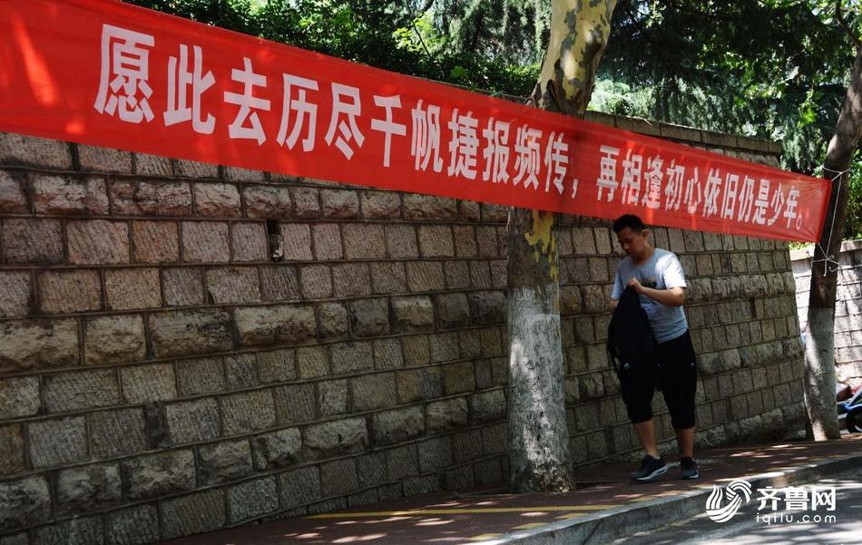大学再见毕业生在母校挂初中感恩校园李小霞条幅余江v大学图片