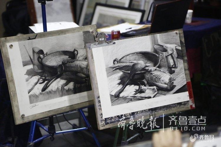 杭州美院学生给老人画像