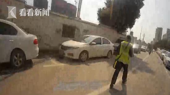 男子逃酒驾: 翻墙掉进交警大院