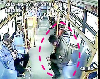 男子酒后拎酒瓶上公交 睡到终点站还邀司机喝一杯