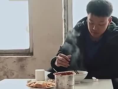 变形计:山东大哥真仗义 请落魄富二代吃法 还想把他送回北京