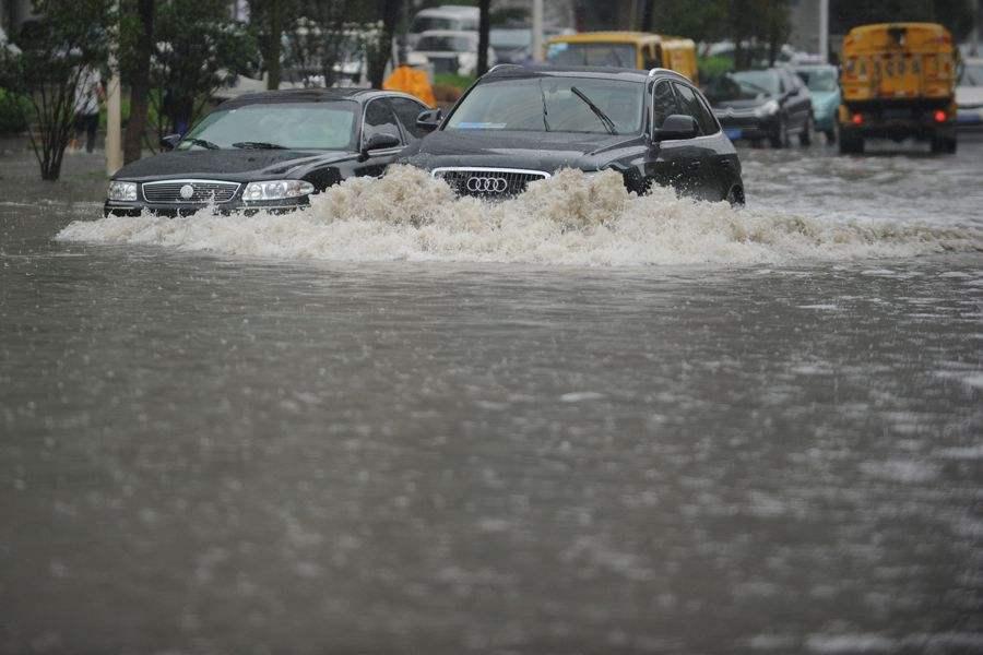 济南发布暴雨红色预警 15处路口交通管制