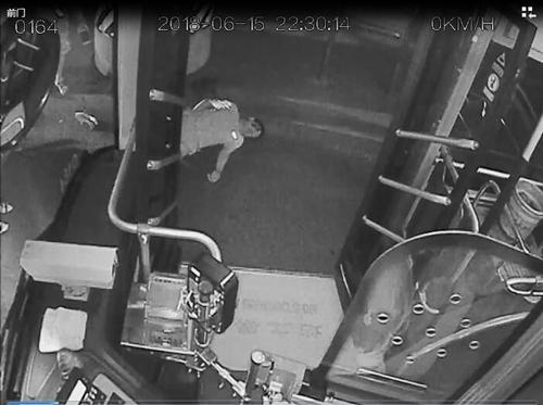 深夜十点半 济南一男子满脸是血倒在公交站
