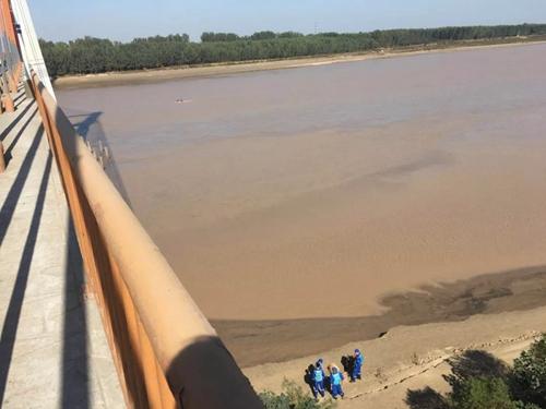 济南一女子翻过两个护栏跳入黄河 同车驾驶员被控制