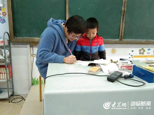 挂着点滴辅导学生 济南钢城这位女教师认真的样子真美