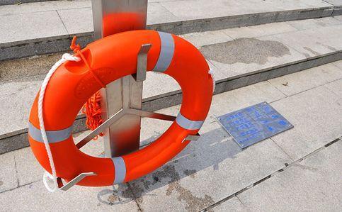 河边救生圈遭捆锁 官方:工人防破坏偷盗上锁 已拆