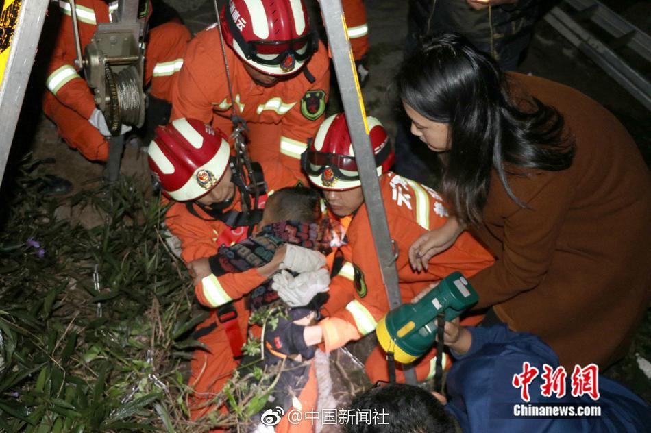 2岁小孩失足坠入废弃下水道 6分钟被救出