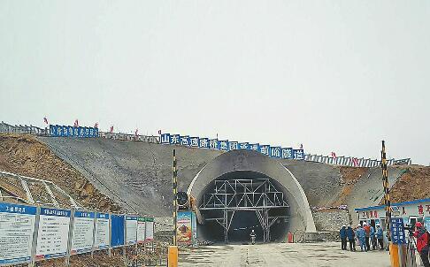鲁南高铁首个中长隧道贯通