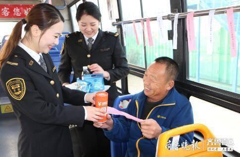 趣味垃圾分类进公交车  答对还可以可获奖品