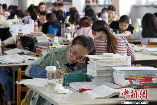 图为在山东师范大学图书馆内,考研生在认真学习。孙宏瑗 摄